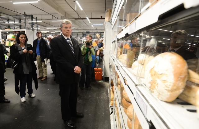 Visit of Tonio Borg, Member of the EC, to a food retailers