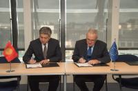 Signature du programme indicatif pluriannuel en faveur du Kirghizstan pour la période 2014-2020 par Abdyldaev Erlan Bekeshovich, à gauche, et Neven Mimica