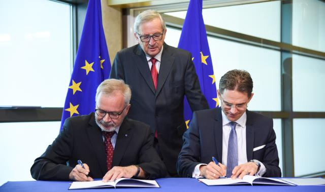 "Illustration of ""Signature of the EFSI agreement setting out the working methods between the EC and the EIB"""