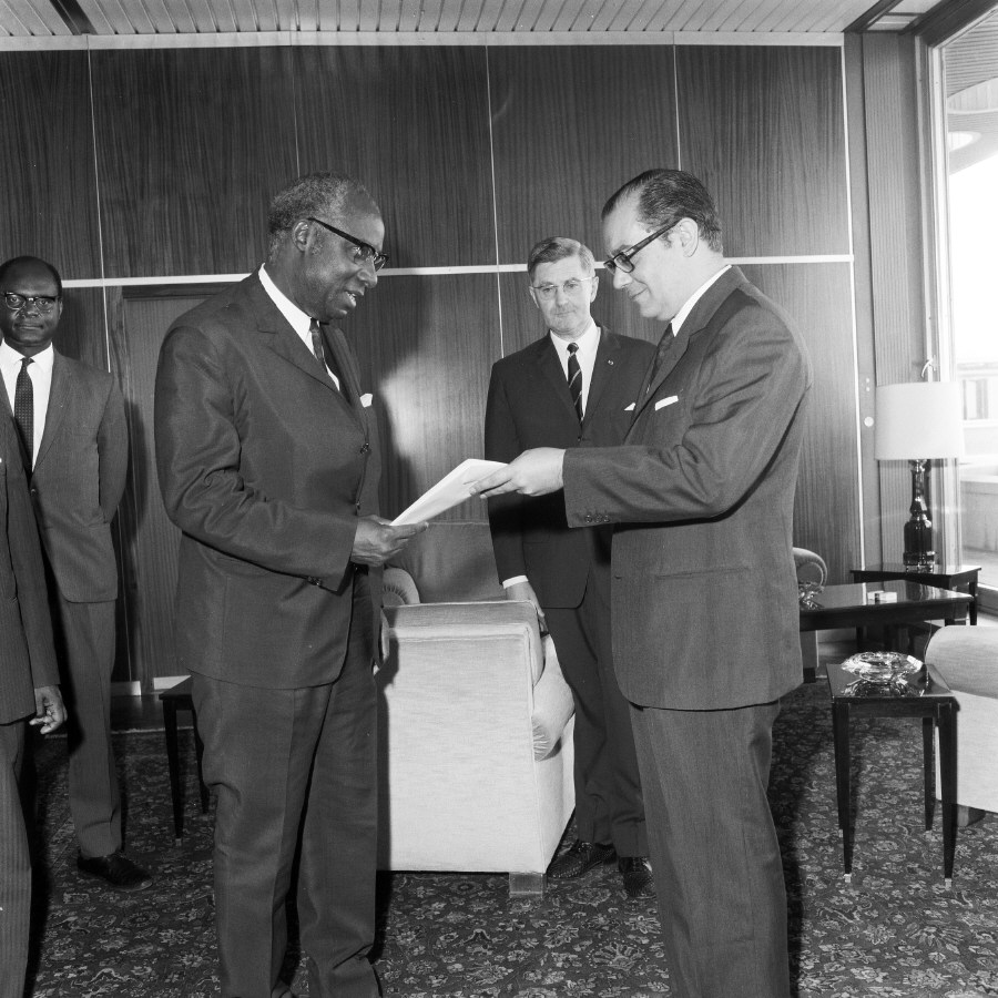 Presentation of the credentials of the Head of the Mission of Cameroon to Franco Maria Malfatti, President of the CEC