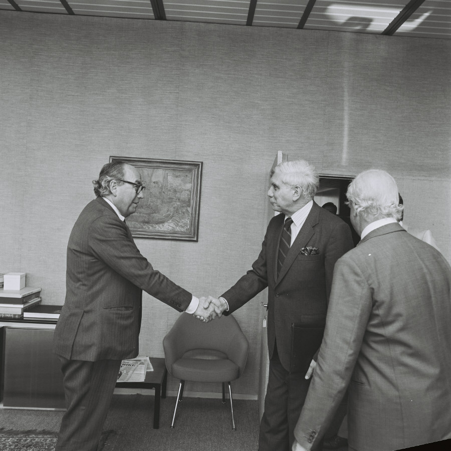 Presentation of the credentials of the Head of the Mission of Australia to Roy Jenkins, President of the CEC