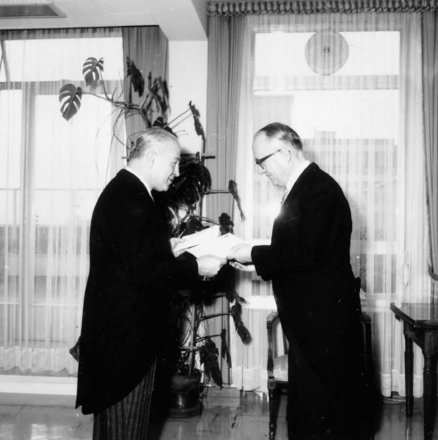 Presentation of the credentials of the Head of the Mission of Argentina to Walter Hallstein, President of the Commission of the EEC