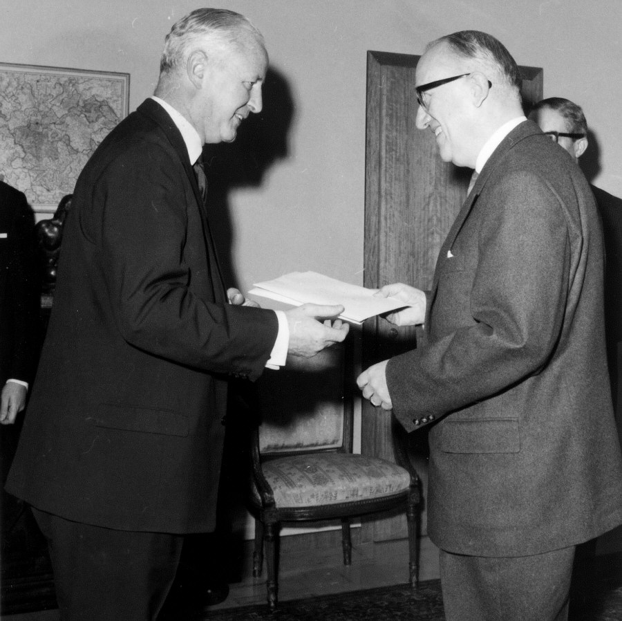 Presentation of the credentials of the Head of the Mission of Ireland to Walter Hallstein, President of the Commission of the EEC