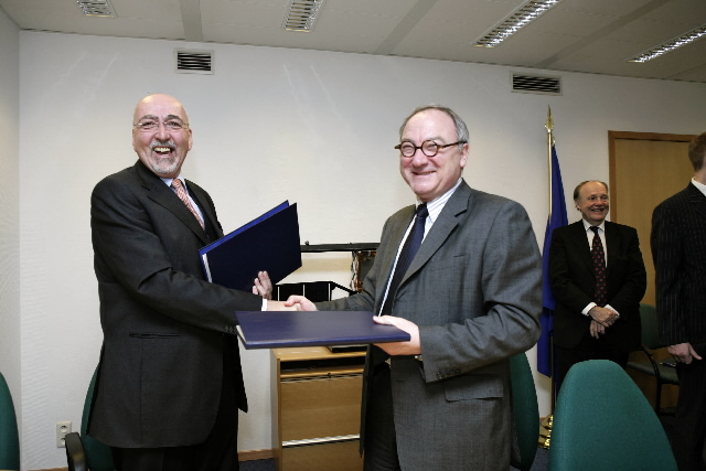 Signature of an agreement between the EC and the ESA to provide new satellites for the GMES system