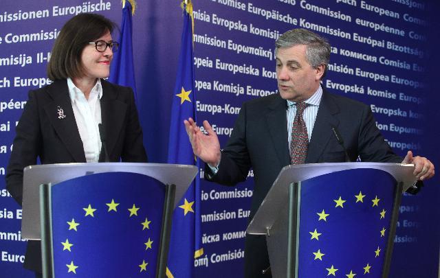 Conférence de presse conjointe d'Antonio Tajani, vice-président de la CE, et de Bridget Cosgrave, directrice générale de DigitalEurope, sur l'harmonisation des chargeurs pour téléphones portables