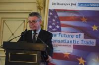 Participation de Karel De Gucht, membre de la CE, à la conférence intitulée 'L'avenir du commerce transatlantique', organisée à Paris