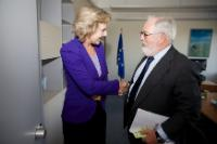 Handshake between Connie Hedegaard, on the left, and Miguel Arias Cañete