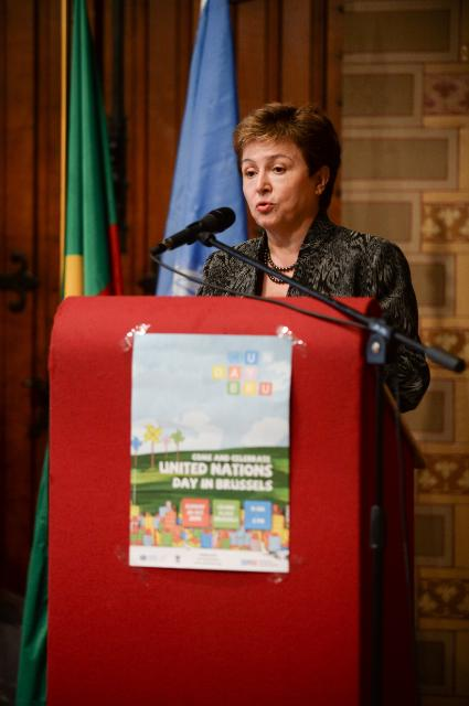 Kristalina Georgieva receives the Disaster Risk Reduction Champion Prize from Margareta Wahlström