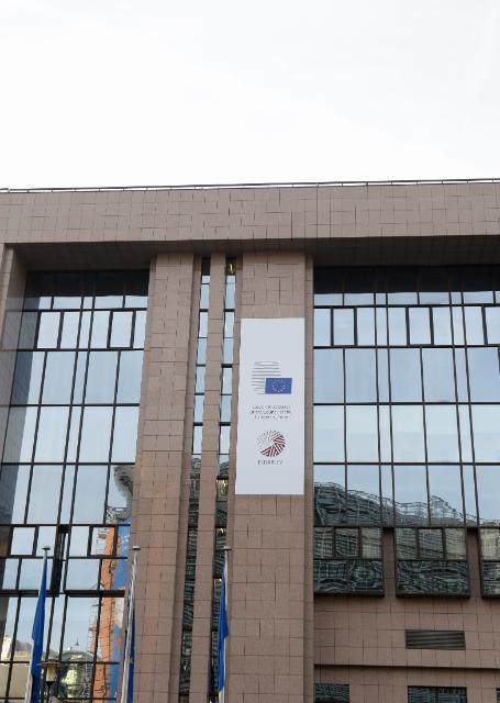 Le logo de la présidence lettone sur le bâtiment du Conseil de l'UE