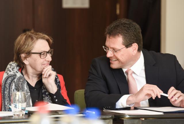 Participation de Maroš Šefčovič, vice-président de la CE, et Marylise Lebranchu, ministre française de la Décentralisation et de la Fonction publique, à une réunion du Comité sectoriel européen de dialogue social