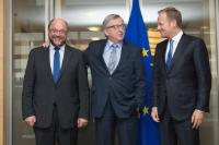 Greeting between Martin Schulz and Jean-Claude Juncker, in the presence of Donald Tusk (from left to right)
