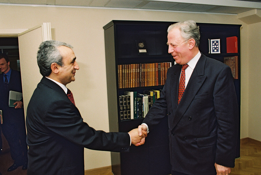 Presentation of the credentials of the Head of the Mission of Armenia to Jacques Santer, President of the EC