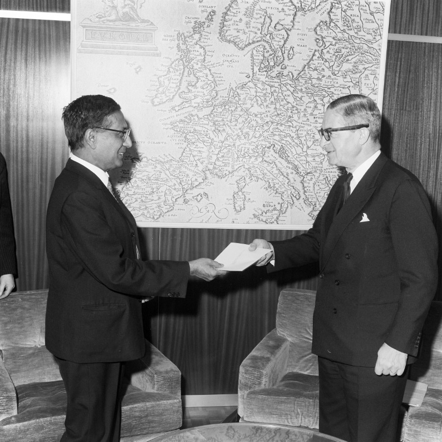 Presentation of the credentials of the Head of the Mission of Ceylon to Jean Rey, President of the CEC