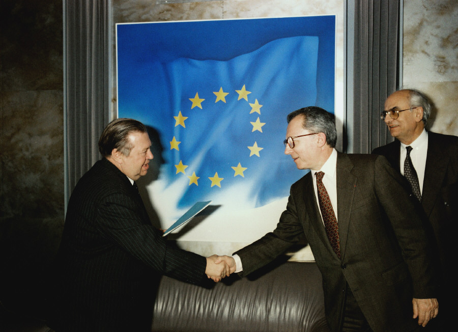 Presentation of the credentials of the Head of the Mission of the Soviet Union to Jacques Delors, President of the CEC