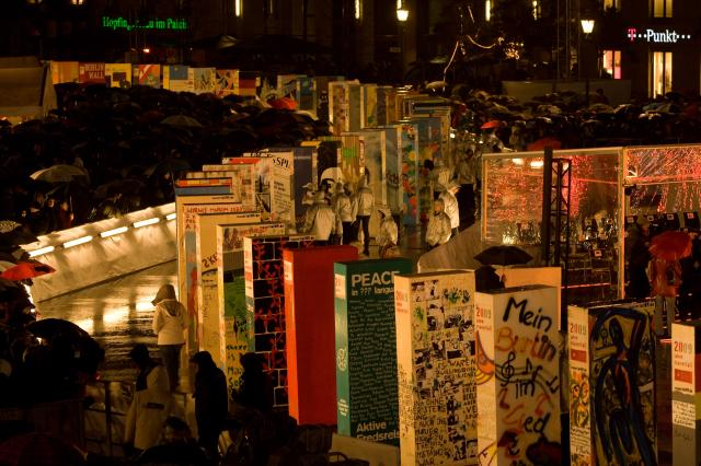 The Domino action: EU commemorates the fall of the Berlin Wall, reproduces the domino effect