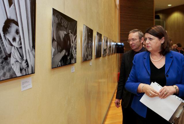 Vernissage par Máire Geoghegan-Quinn, membre de la CE, de l'exposition photo The Neglected pour célébrer la journée mondiale de lutte contre le SIDA