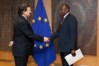 Handshake between H.E.Johnson Mwangi Weru, Head of the Mission of Kenya to the EU, on the right, and José Manuel Barroso