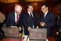 Li Keqiang, José Manuel Barroso and Herman van Rompuy, exchanging gifts (from right to left)
