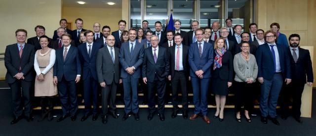 Photo de famille des sherpas des chefs d'État ou de gouvernement des 28 pays membres de l'UE, avec Jean-Claude Juncker, président de la CE