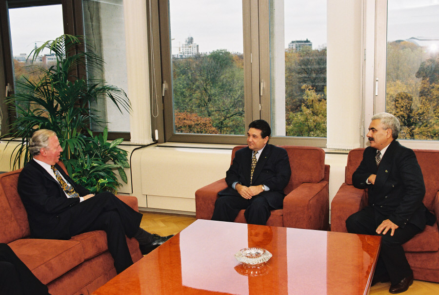 Presentation of the credentials of the Head of the Mission of Turkmenistan to Jacques Santer, President of the EC