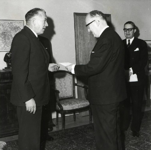 Presentation of the credentials of the Head of the Mission of South Africa to Walter Hallstein, President of the Commission of the EEC