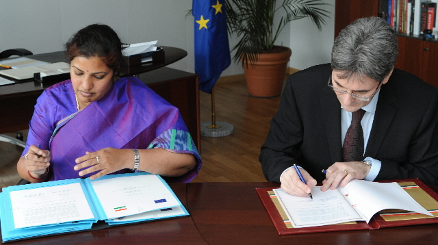 Signature of a Joint Declaration on multilingualism by Leonard Orban, Member of the EC