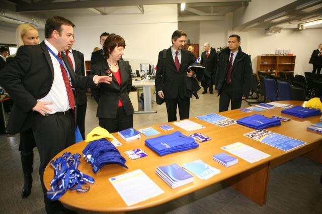 Visite de Catherine Ashton, haut représentant de l'Union pour les affaires étrangères et la politique de sécurité et vice-présidente de la CE, au Kosovo