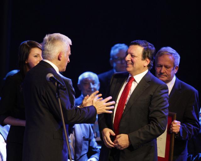 Remise du Prix Diamant des Lauriers des aptitudes et des compétences à José Manuel Barroso, président de la CE