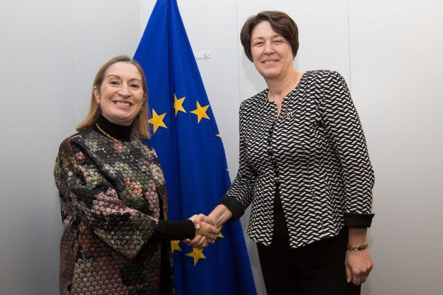 Visite d'Ana María Pastor Julián, ministre espagnole des Travaux publics, à la CE