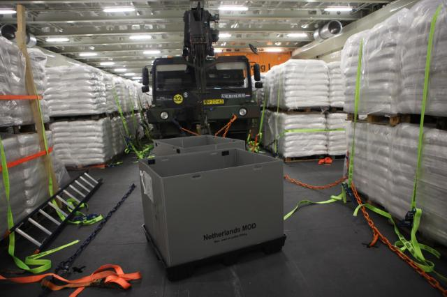 Ebola : Loading EU's aid on Dutch military ship