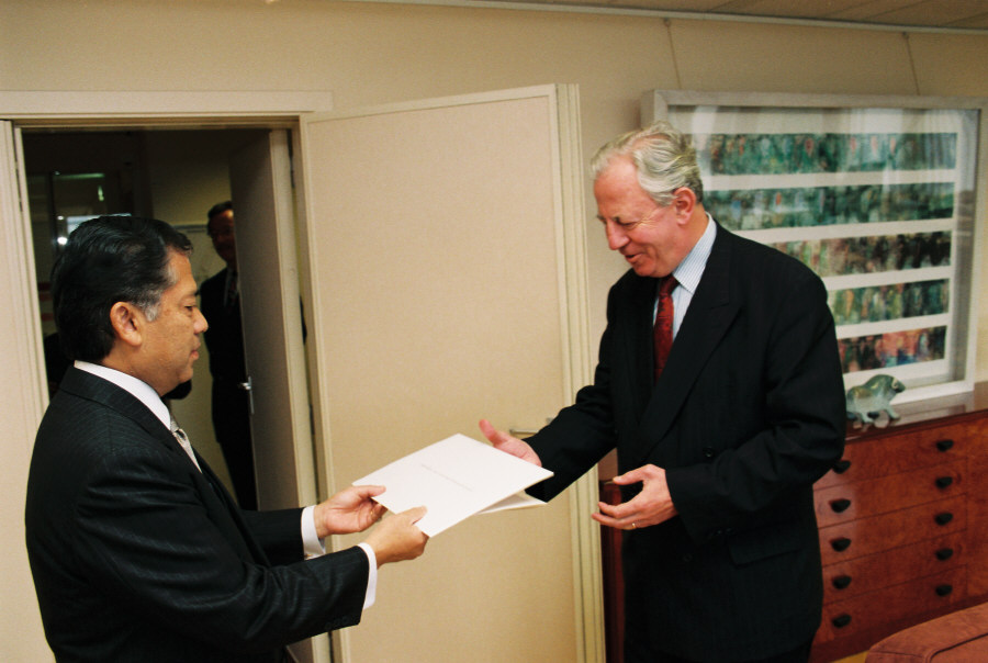 Presentation of the credentials of the Head ot Mission of Thailand  to Jacques Santer, President of the EC