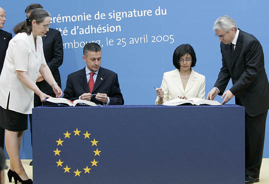 Signature of the Treaty of Accession to the EU by Bulgaria and Romania