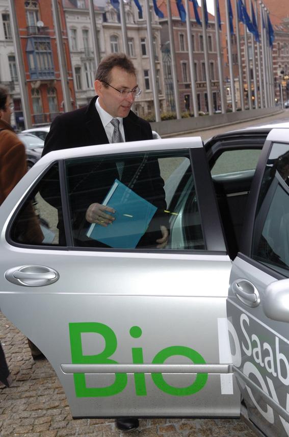 Andris Piebalgs, membre de la CE, au salon de l'automobile de Bruxelles