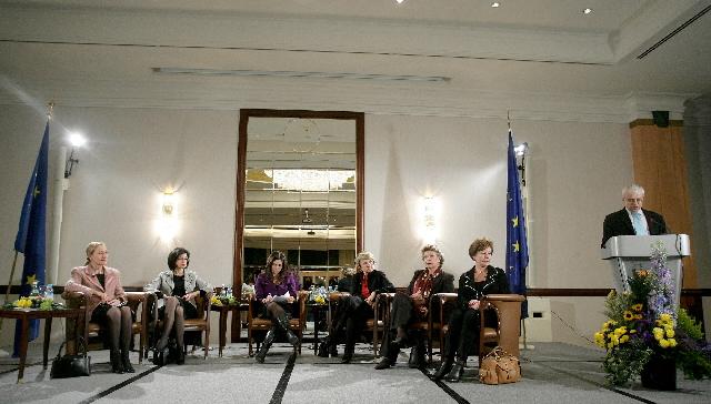 Les femmes en politique; Avancées et défis: débat entre Neelie Kroes, Meglena Kuneva, Danuta Hübner, Viviane Reding, Benita Ferrero-Waldner et la participation de Vladimir Spidla, membres de la CE