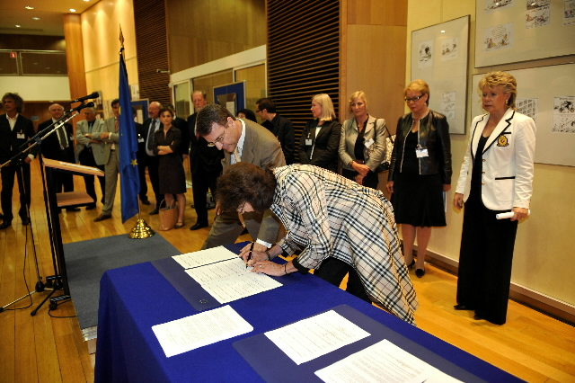 Signature of the Memorandum of Understanding on Orphan Works with Viviane Reding, Member of the EC