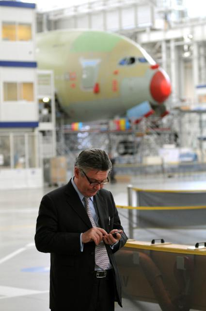 Visite de Karel De Gucht, membre de la CE, au site d'assemblage d'Airbus à Toulouse
