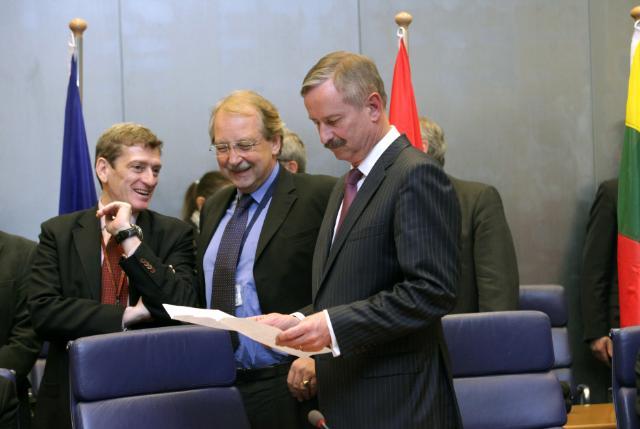 Signature de l'accord 'ciel ouvert' de seconde étape entre l'UE et les États-Unis