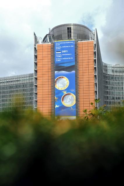 Le bâtiment Berlaymont avec l'affiche de l'entrée de l'Estonie dans la zone euro en 2011