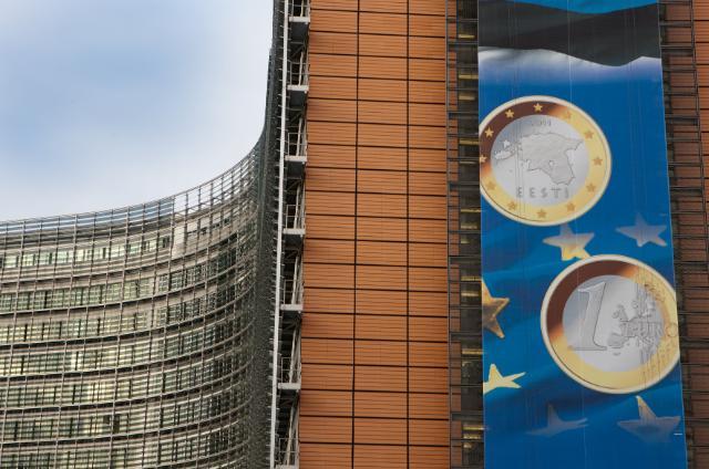 Le bâtiment Berlaymont avec l'affiche célébrant l'entrée de l'Estonie dans la zone euro