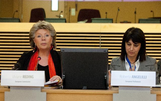 Participation de Viviane Reding, vice-présidente de la CE, au 6e Forum européen sur les droits de l'enfant