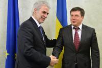 Poignée de main entre Hennadiy Zubko, premier chef adjoint de l'administration présidentielle de l'Ukraine, à droite, et Christos Stylianides