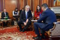 Entretien entre Volodymyr Hroisman, président du Parlement ukrainien (Verkhovna Rada), à droite, et Christos Stylianides