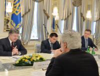Petro Porochenko, président de l'Ukraine, à gauche de face, Pavlo Klimkin, ministre ukrainien des Affaires étrangères, au centre de face, et Christos Stylianides, de dos