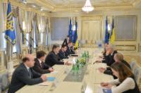 Petro Porochenko, président de l'Ukraine, 3e depuis la gauche, Pavlo Klimkin, ministre ukrainien des Affaires étrangères, 4e depuis la gauche, et Christos Stylianides, 3e depuis la droite