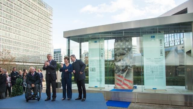 Cérémonie de dévoilement du pan du mur de Berlin 'Kennedy' sur l'esplanade en face du bâtiment du Berlaymont