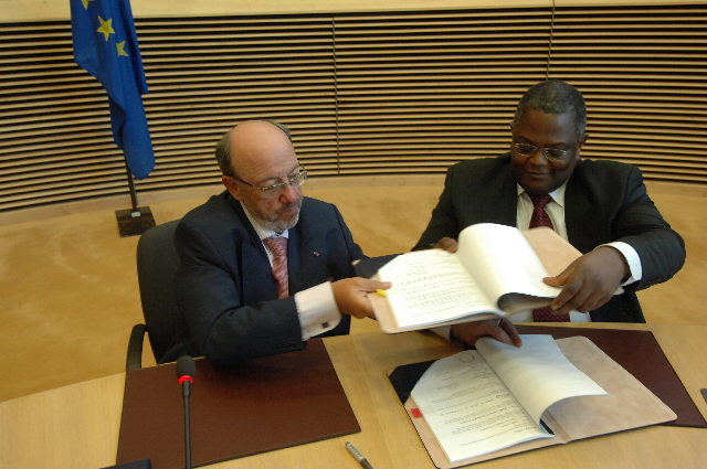 Signature of the Trust Fund Agreement by Louis Michel, Armand de Decker, Belgian Minister for Development Co-operation, and Philippe Maystadt, President of the EIB