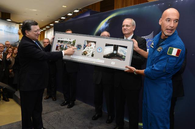 Participation de José Manuel Barroso, président de la CE, et Jean-Jacques Dordain, directeur général de l'ASE, au vernissage de l'exposition 'L'espace pour notre futur'