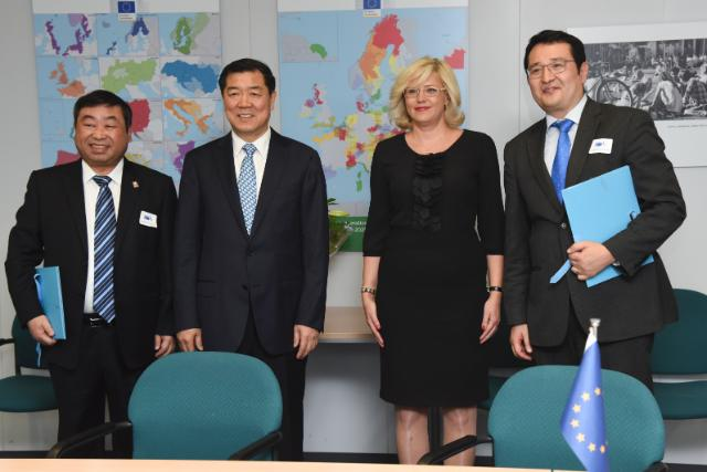 Group photo: Ni Zilin, Deputy Secretary General of Wuhan City Government, He Lifeng, Deputy Director of the Chinese National Development and Reform Commission, Corina Creţu and Amadeo Jensana, Director of Economic Programmes and Cooperation of Casa Asia (from left to right)