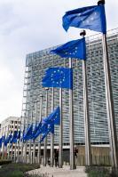 Drapeaux européens en berne en hommage aux victimes de l'attentat meurtrier de Nice, en France