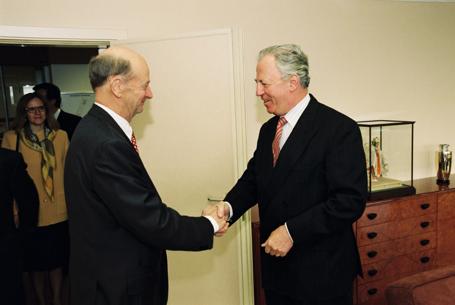Presentation of the credentials of the Head of the Mission of Australia to Jacques Santer, President of the EC